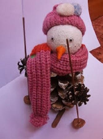 Mu ecos de nieve con pi as de pino - Pinas decoradas para navidad ...