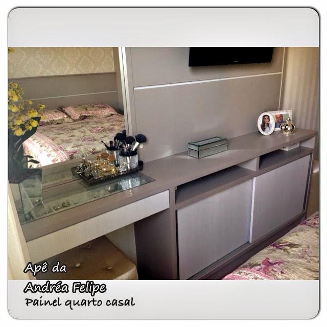 Um luxo o quarto de casal com o lustre de cristal e papel de parede