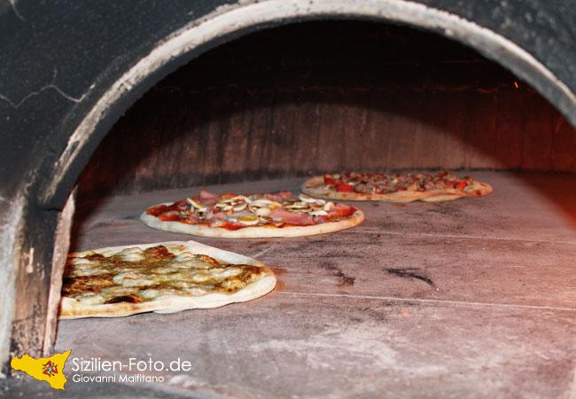 Pizza im sizilianischen Steinofen