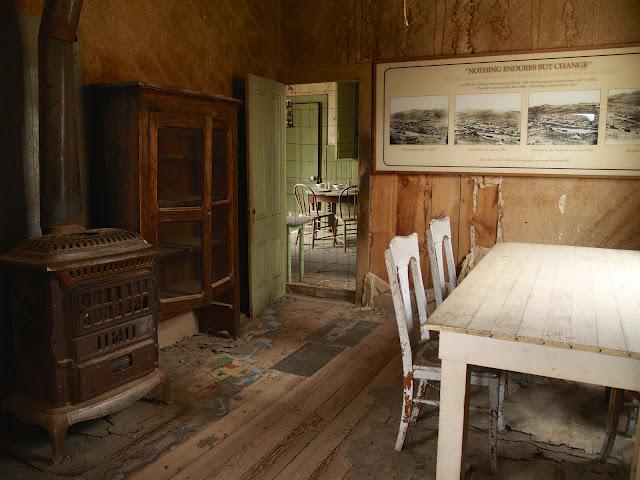 Habitación Verde con cartel Nothing Endures But Change en Bodie