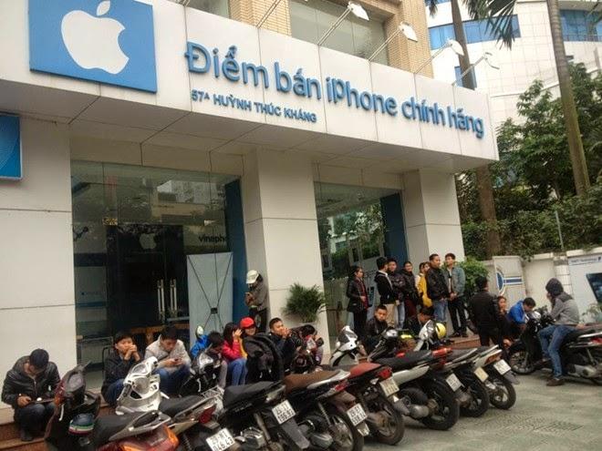 Cảnh xếp hàng tại một điểm bán sản phẩm trong ngày đầu iPhone 5S chính hãng bán ra tại Việt Nam. Ảnh: Tuấn Mark.