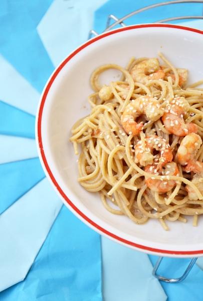 spaghetti integrali con code di gambero, cipolla rossa e panna vegetale