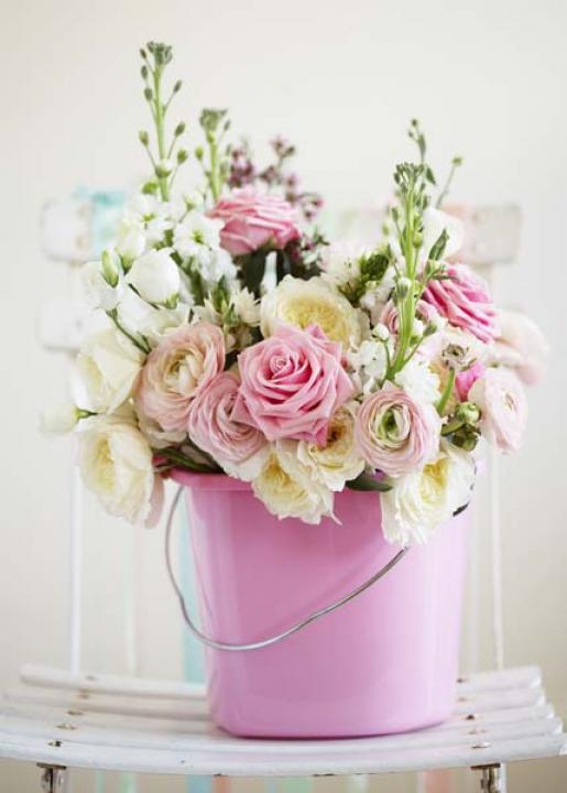 Florero de metal rosa