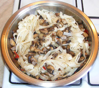 paste, taitei, paste cu ciuperci, paste cu ciuperci si usturoi, taitei cu ciuperci, taitei cu ciuperci si usturoi, retete culinare, retete de mancare, retete cu ciuperci, retete cu paste, preparate din ciuperci, preparate din paste, retete de paste, paste fainoase, paste picante preparate la tigaie cu ciuperci si usturoi, retete asiatice,