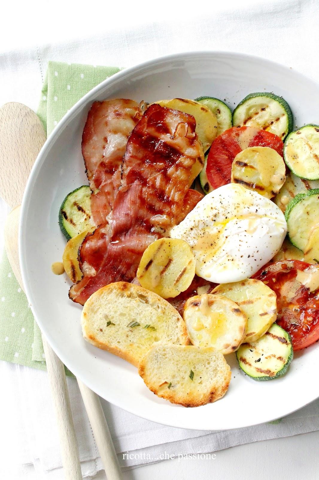 verdure grigliate con uovo in camicia, crostini di pane al rosmarino e speck croccante