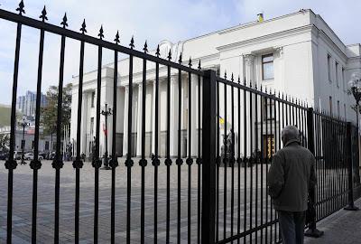 Фото Укринформ: забор у Верховной Рады Украины
