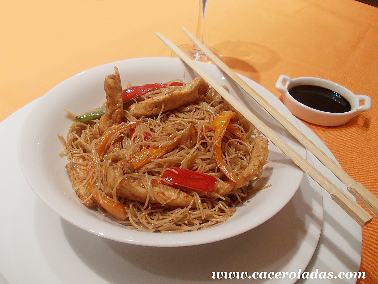 Fideos De Arroz Chino Fritos Con Pollo Y Verduras