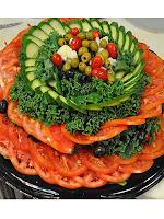 Декорация на салата - гирлянд от краставици и домати с маслини