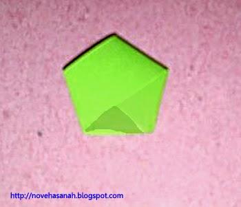 pada langkah ke 7 ujung kertas dipotong lalu diselipkan ke dalam segilima
