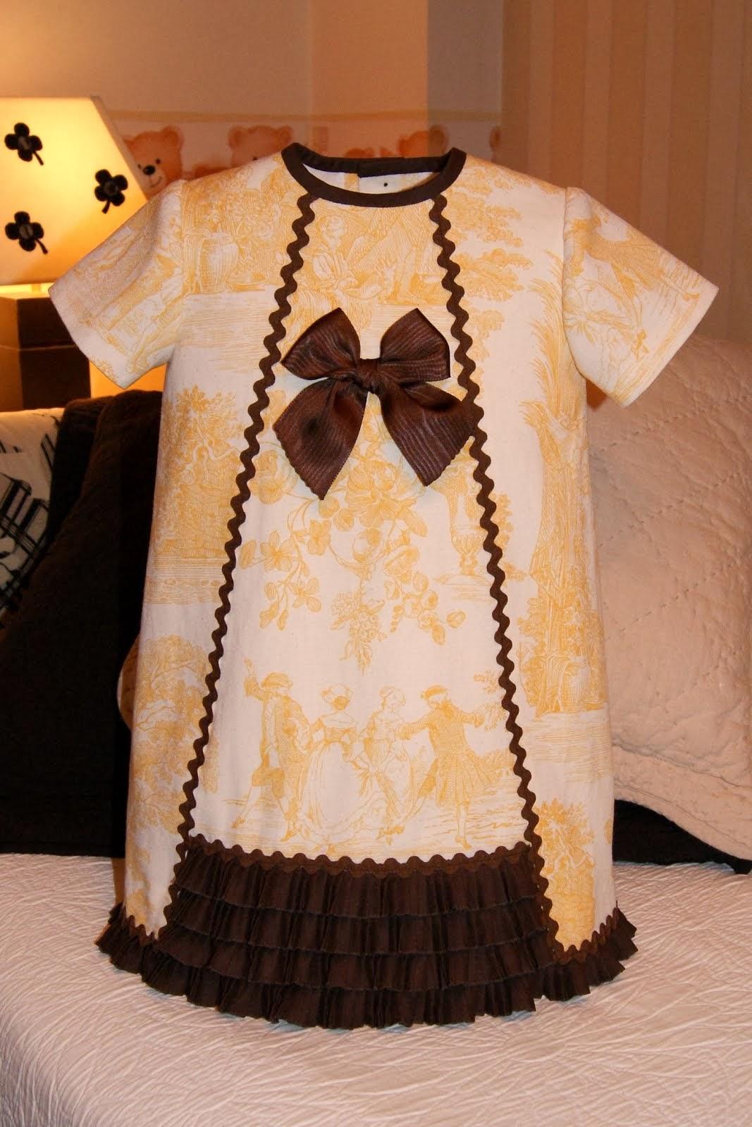 Vestido toile de Jouy amarillo con volante marrón