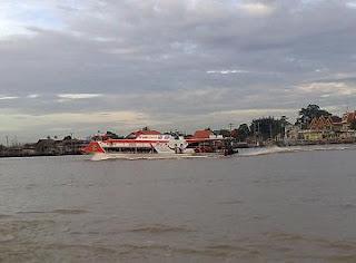 เรือด่วนแห่งแม่น้ำเจ้าพระยา ธงแดง
