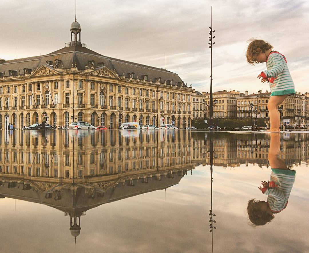 14-Bordeaux-France-Guido-Gutiérrez-Ruiz-The-World-Reflected-in-Photographs-of-daily-Life-www-designstack-co