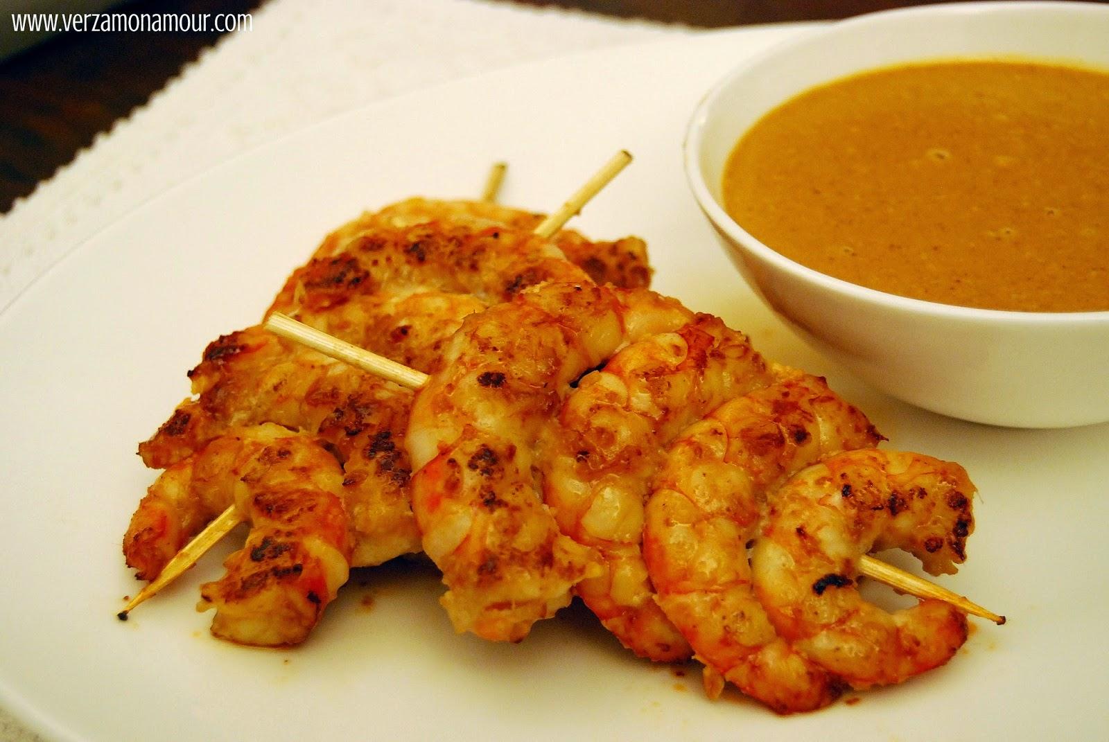 Satay di gamberi (Spiedini di gamberi marinati con salsa alle ...