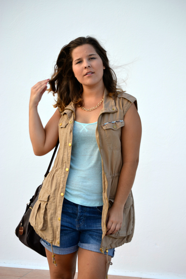 look_outfit_chaleco_safari_stradivarius_sandalias_primark_collar_cadena_dorado_valentina_complementos_nudelolablog_07