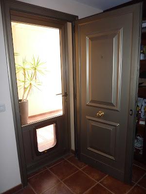 Vista interior de la doble puerta de entrada a la vivienda