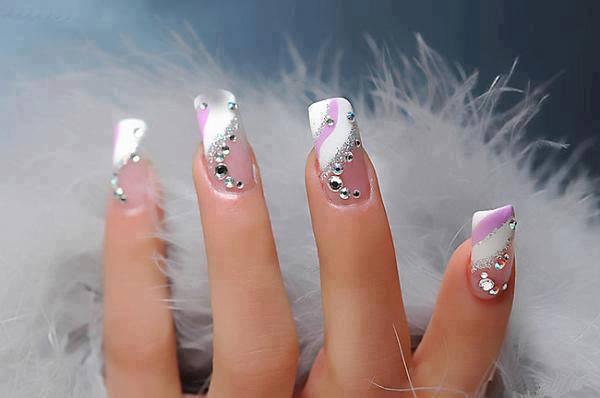 Estas unhas de gel padrão candy são simples mas bastante bonitas é