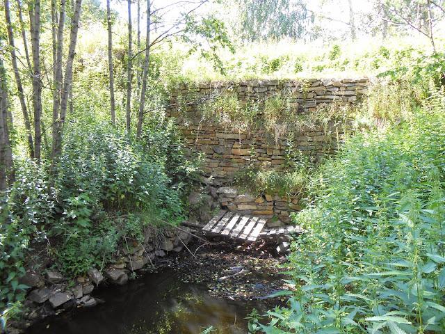 Старинная каменная дамба