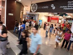 Clase media peruana saliendo de un centro comercial