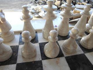 Papan catur marmer dan pasukan putih