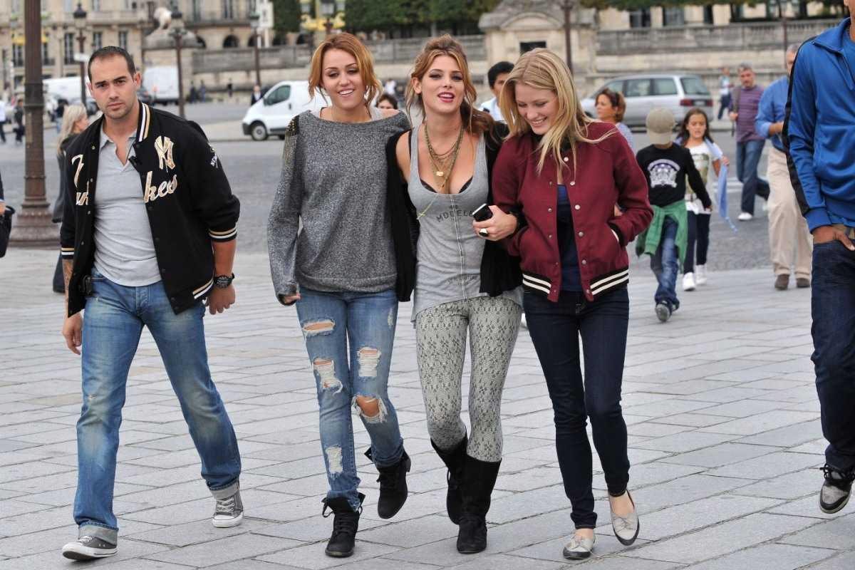 http://1.bp.blogspot.com/-M6079TQjsUE/TjPnVin9t-I/AAAAAAAAKQU/aHdRH3HBgDo/s1600/Miley%2BCyrus%2Band%2BAshley%2BGreene%2Bhotness%2Bbackpackers%2Bstyle%2Bin%2BParis%2B06.jpg