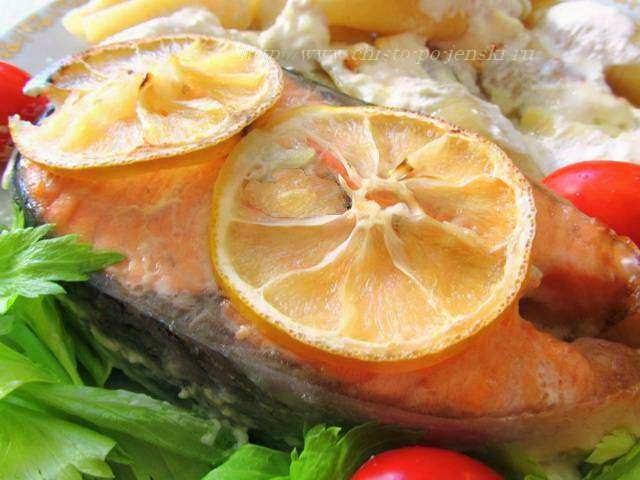 красивый кусок готовой семги на блюде
