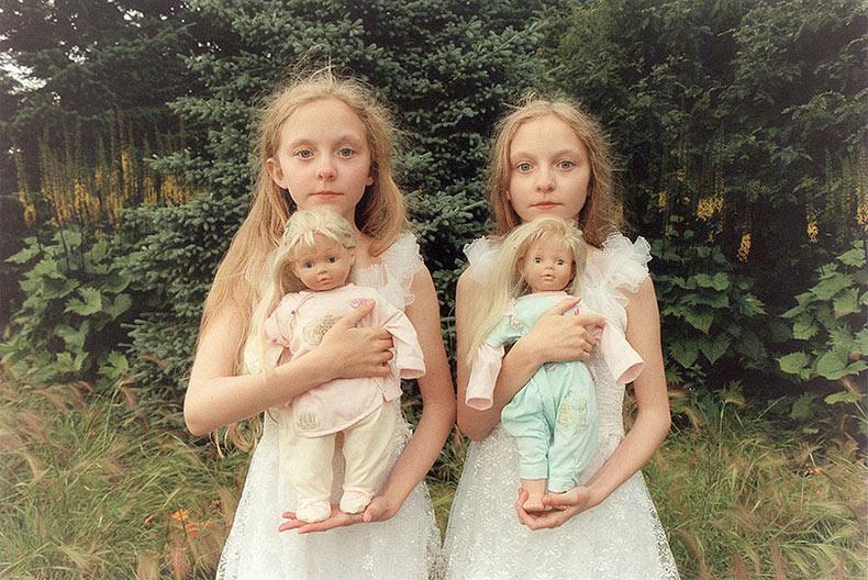 Niñas gemelas Islandésas Erna y Hrefna en misteriosas fotos por Ariko Inaoka
