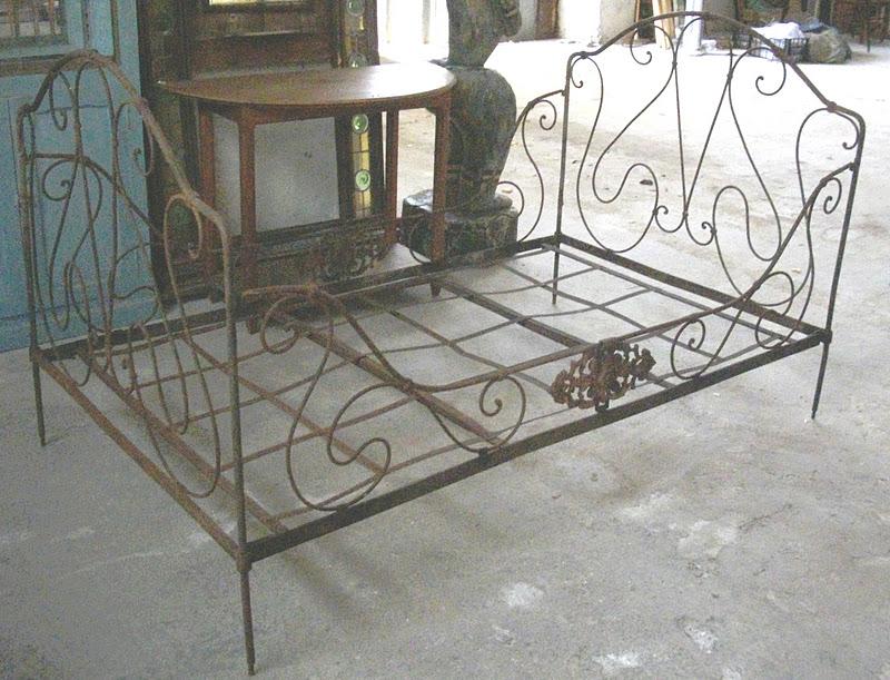 Ancien lit en fer forg banquette art populaire banc for Repeindre un lit en fer forge