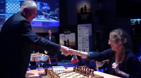 Ronde 10 du Trophée d'échecs Karpov 2015: à 64 ans, le Russe Anatoly Karpov n'a pas perdu son flair pour mener des attaques mortelles - Photo © Capechecs