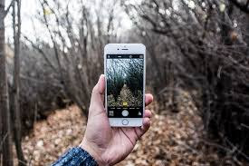 Millones de fotos son tomadas cada día y millones son compartidas en las redes sociales. En la era de los teléfonos inteligentes cada vez más echamos mano de nuestros celulares para marcar algún momento de nuestras vidas o para captar algo interesante o inusual. Pero ¿cómo hacer para mejorar la calidad de tus fotografías? El fotógrafo profesional, escritor y profesor universitario Grant Scott te explica qué puedes hacer para mejorar tu creatividad visual. Muchos de nosotros no llevamos todo el tiempo en nuestros bolsillos una cámara que sea: • Fácil de usar • Que produzca fotografía de alta calidad y