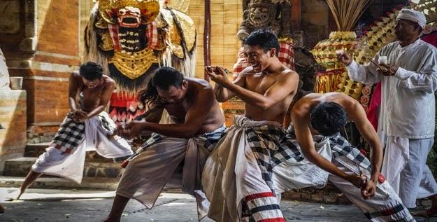Tari Barong dan Keris Bali