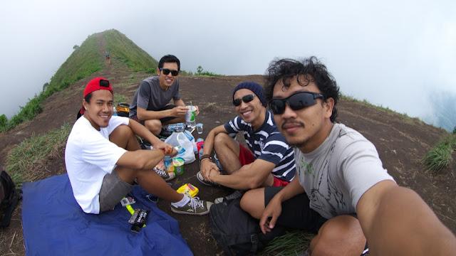 Ngopi, tujuan utama kami naik Gunung Andong