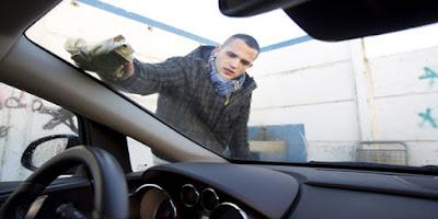 Inilah cara efektif untuk menghilangkan bau amis di mobil anda