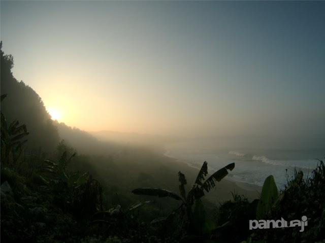 Sunrise berkabut di pantai soge