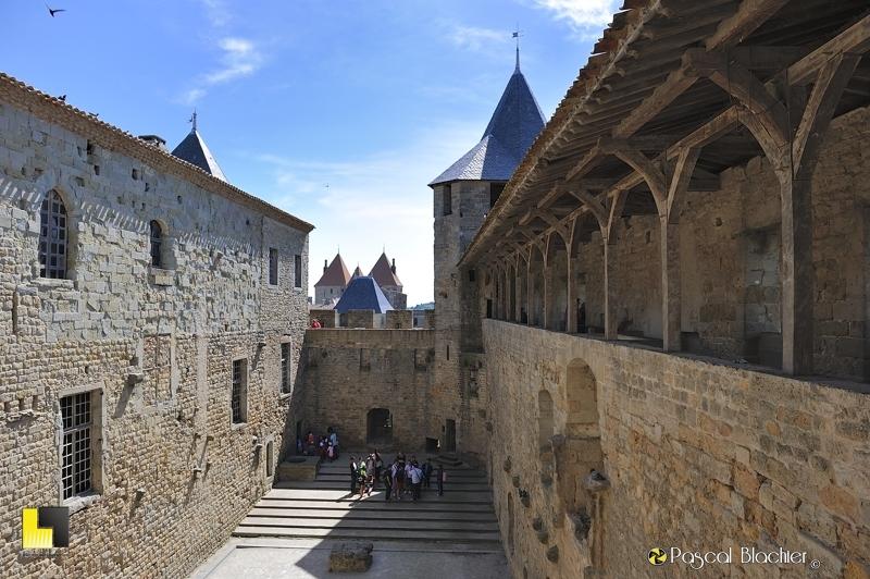 Sur le chemin de ronde au dessus de la cour du midi Carcassonne photo pascal blachier au delà du cliché