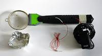 selbstgebautes Begrasungsgerät - Elektrische Fliegenklatsche, Küchensieb und Netzgerät