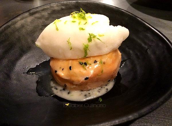 mochi doughnut: pastel de arroz glutinoso con glaseado de lima y sésamo negro y acompañado de un helado cítrico