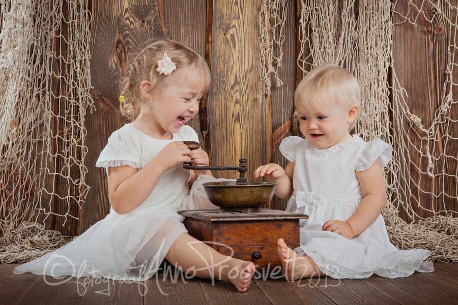 lõbusad-õed-kohviveskiga-pildistamine-fotostuudios