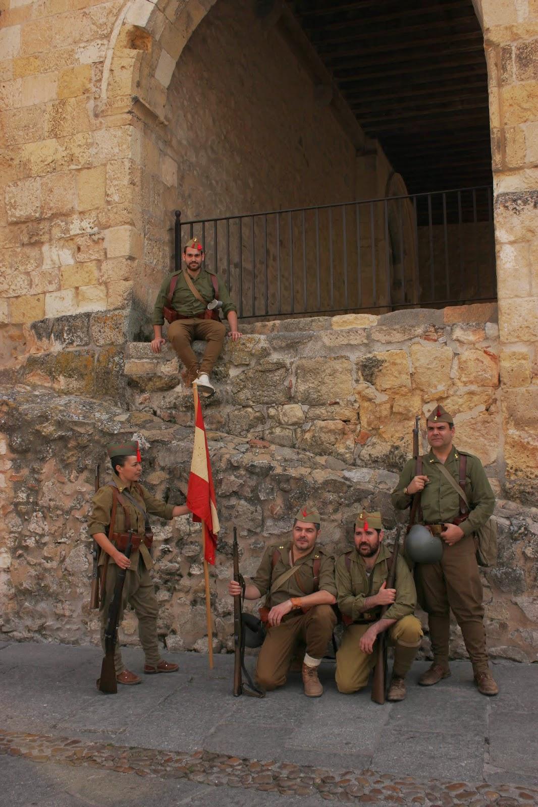 Por otro lado, el uniforme típico del bando nacional, que era el que estaba en uso en el momento de empezar la guerra. Consistía en unos pantalones polaina,