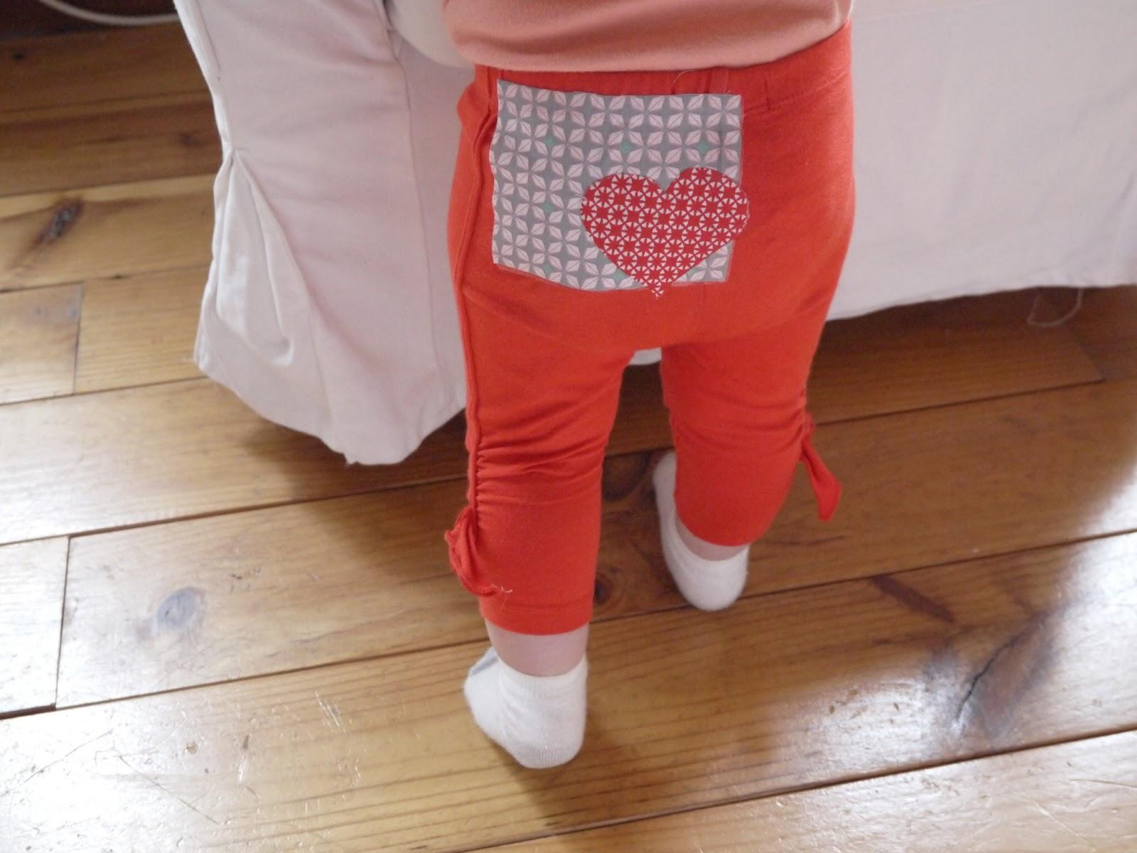 raccommodé un trou dans un pantalon avec une pièce de tissu