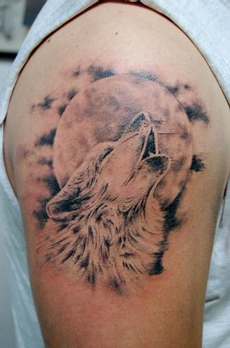 tatuaje lobo aullando y luna llena