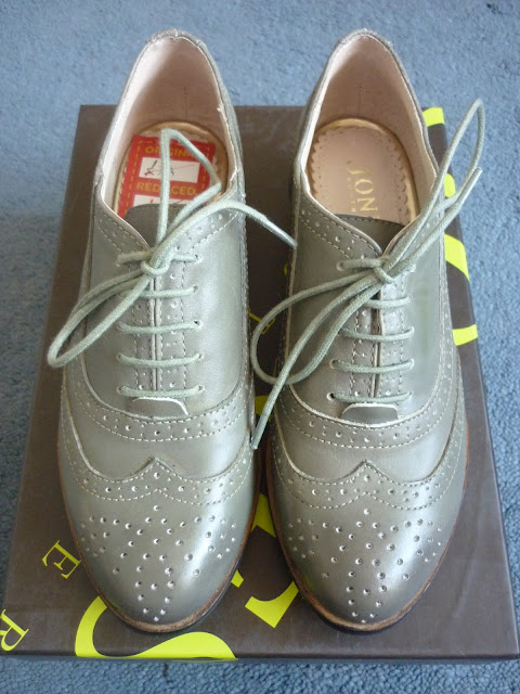 Brogues on a shoe box | Petite Silver Vixen