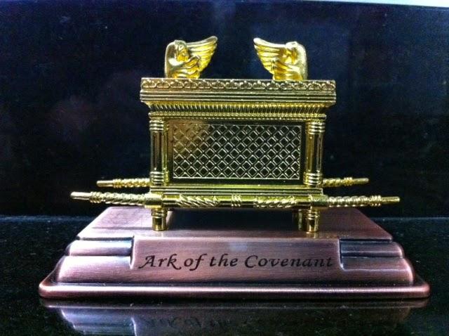 Arca sagrada dorada base de cobre 11x8x6 ctms.