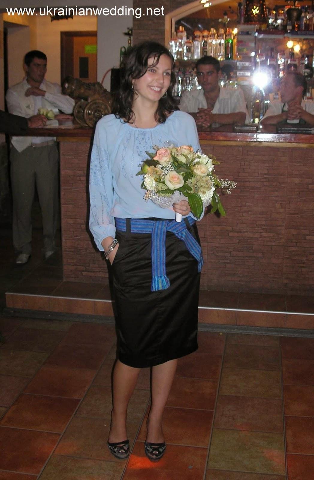 Незаміжня дівчина упіймала букет нареченої на весіллі
