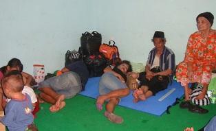 Korban Longsor Ratapi Nasib Dipengungsian