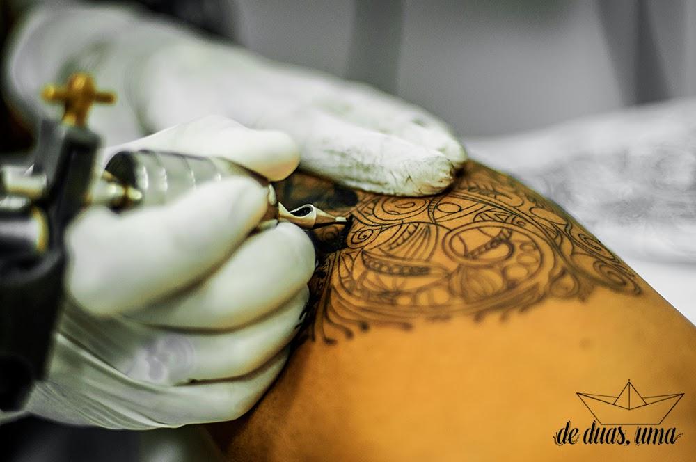 tattoo feminina panturrilha de duas uma