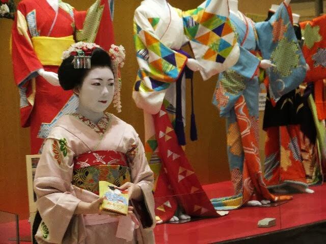 パンフレットを配る置屋、小田本さんの「紗千穂」さん。