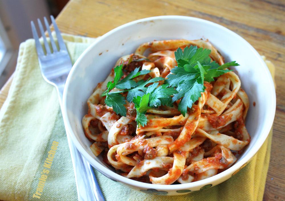 Tramie's Kitchen: Crockpot pasta meat sauce with a twist