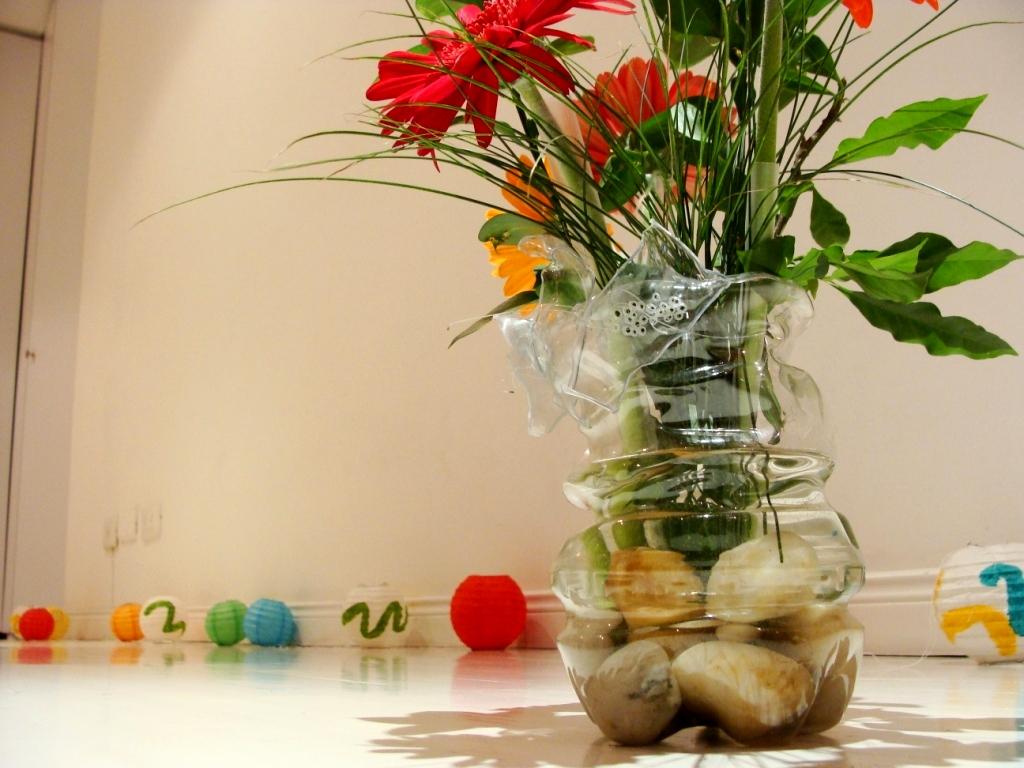 utilizamos gerberas para dar color con piedras claras en la base para