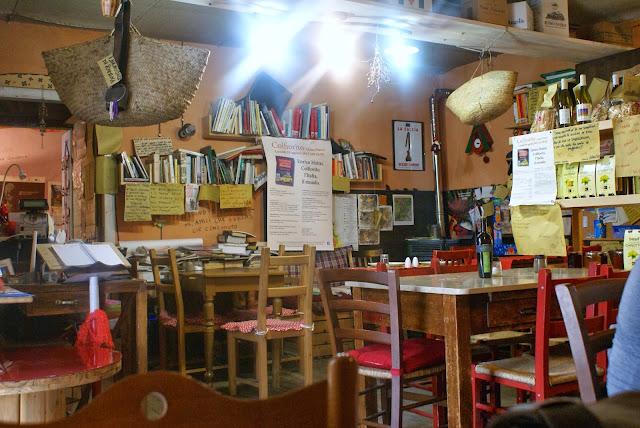Un pizzico di magia erbe patate a la botteguccia di colfiorito - Palme con il cui legno si fanno sedie e tavoli ...
