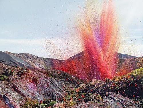 Vulcão expele pétalas de flores em uma pequena vila na Costa Rica